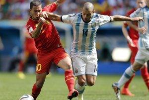 Eden Hazard (vľavo) v súboji s Javierom Mascheranom.
