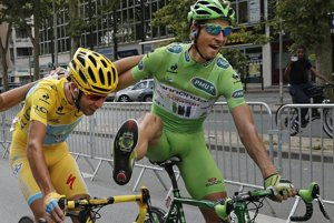Vincenzo Nibali v žltom a šoumen Peter Sagan v zelenom.