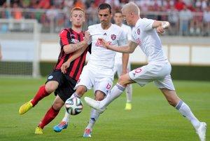 Ján Vlasko (vpravo), José Casado (v strede) z FC Spartak Trnava a Liam Caddis z St. Johnstone (vľavo).