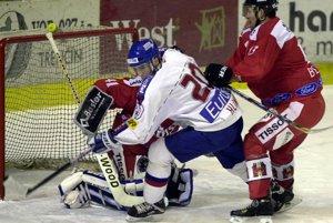 Miroslav Hlinka bojuje o puk medzi brankárom Larsom Weibelom a brániacim hráčom Goranom Bezinom v hokejovom stretnutí Slovensko - Švajčiarsko na turnaji Poisťovňa Tatra Cup 2000 v Trenčíne.<br>