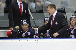 Na snímke striedačka Slovana - vpravo tréner Rostislav Čada a vľavo Ladislav Nagy.