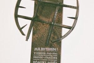 Pamätníky obetiam rómskeho holokaustuHanušovce nad Topľou - V rokoch 1941 - 1943 bolo v meste sídlo sústavy východoslovenských pracovných útvarov, v ktorých boli intervenovaní rómski muži. Pietny akt sa konal 17. februára 2006. Autormi pamätníka sú Ladislav Čisárik ml. a Alexander Reindl. Pamätník vznikol v rámci projektu Ma bisteren! neziskovej organizácie In Minorita.