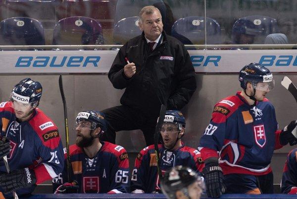 Vladimír Vůjtek ešte minulú sezónu viedol našich hokejistov, teraz trénuje český káder.