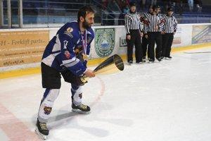 Pohár za víťazstvo ako prvý prebral a nad hlavu zdvihol kapitán Branislav Srnka.