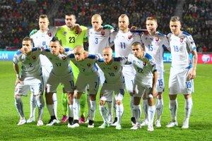 Futbalisti Slovenska pózujú pred stretnutím s Luxemburskom.