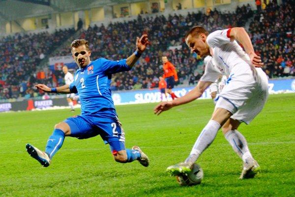 Peter Pekarík sa pokúša zastaviť ofenzívnu akciu českého národného tímu.