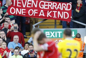 Steven Gerrard - jediný svojho druhu. Aj s takýmto transparentom sa s ikonou klubu lúčili fanúšikovia.