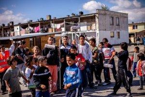 Nový nacionalizmus: Športové múry zmenili symboly segregáciePriebeh maľovania múru bytovky v michaľovskej osade Angi mlyn v Michalovciach, ktorý realizujú deti z bytoviek.