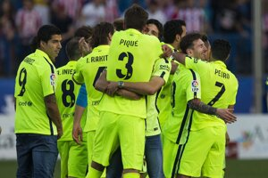 Futbalisti FC Barcelona oslavujú víťazstvo 1:0 na pôde Atlética Madrid a zisk majstrovského titulu.