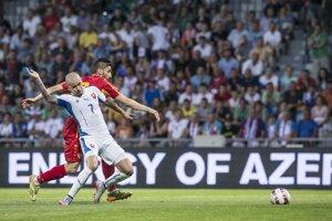 Vladimír Weiss padá na zem po kontakte s jedným z macedónskych hráčov.