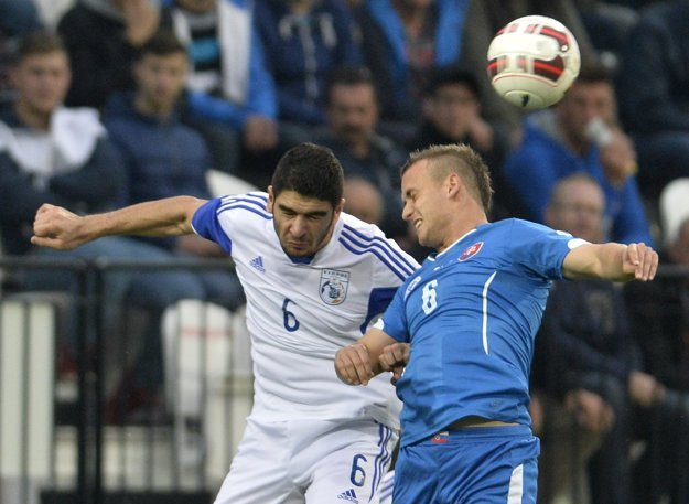Už sa stretli. V hlavičkovom súboji bojujú o loptu Stanislav Lobotka (vpravo) a Ioannis Kousoulos. Lobotka v nominácii nechýba.