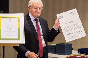 František Chmelár ukazuje podpísanú slovenskú prihlášku na olympijské hry 2016.