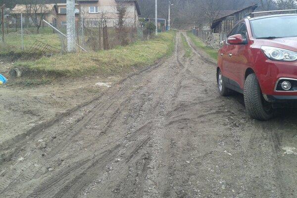 Takto vyzerá príjazdová cesta k rodinným domom v časti Pitelovej.