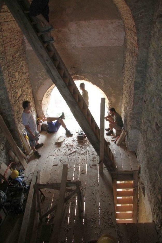 Tesárske práce na veži dobrovoľníci dokončili ešte v minulom roku, chýbajú už len zábradlia na dvoch zo štyroch schodísk a zábradlia okolo otvorov.