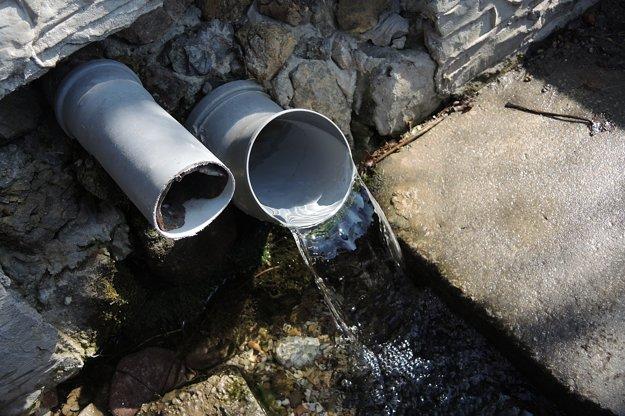 Voda tečie silným prúdom.
