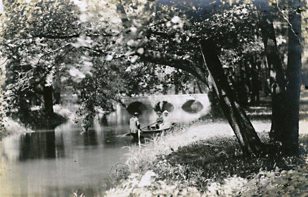 Štefánia a Elemér Lónay. Park pri kaštieli poskytoval miesto na relax.