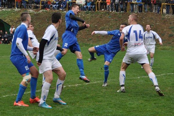 Hráči Chlebníc (v modrých dresoch) v prvom polčase nenašli recept na prekonanie defenzívy Nižnej.