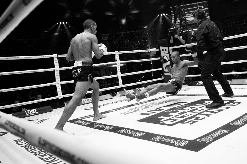 Boxer padá k zemi.