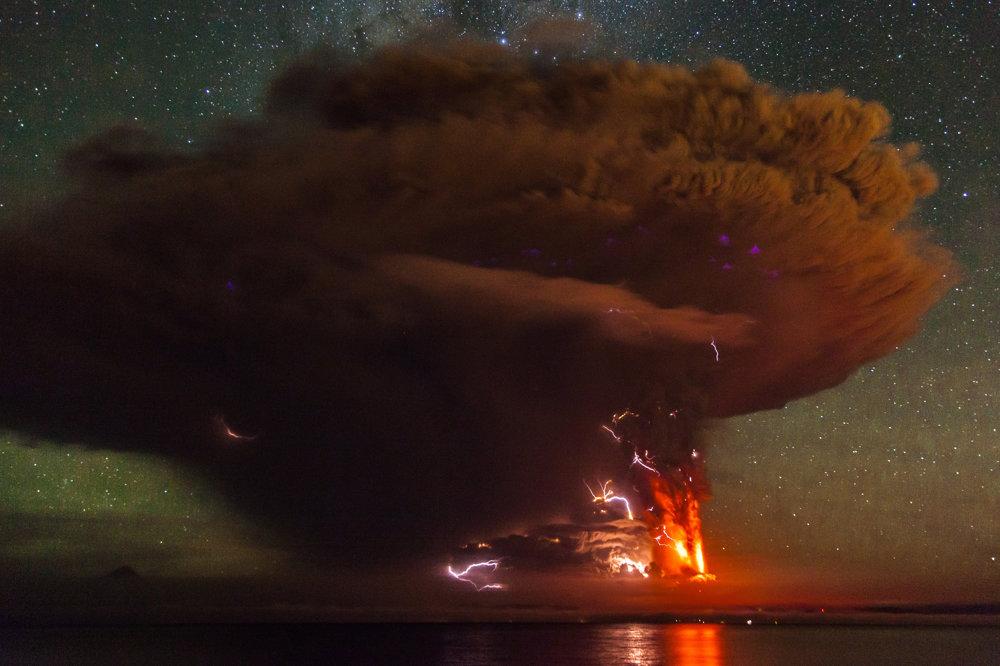 Sopka Calbuco počas obnovenia sopečnej činnosti v roku 2015. Patrí medzi štyri z najaktívnejších sopiek v krajine.