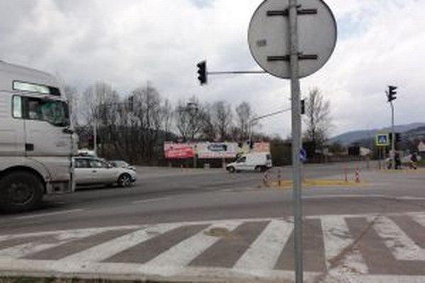 Kruhovú križovatku nahradila svetelná signalizácia.