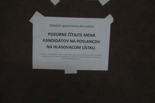 Pred volebnou miestnosťou v Kysuckom Lieskovci visia oznamy o zmene poradia poslancov.