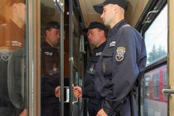 Pri pravidelnej spoločnej akcii žilinských colníkov so železničnými policajtmi objavili mladíka, na ktorého vydali zatykač.