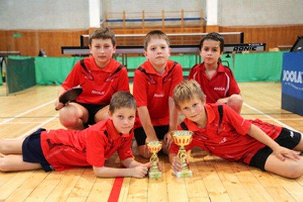 Pätica najmladších žiakov v elitnej šestnástke rebríčka SR - zľava: Marián Piala, Radoslav Šramo, Samuel Kubjatko, dole (zľava): Jakub Goldír a Michal Kapusta.