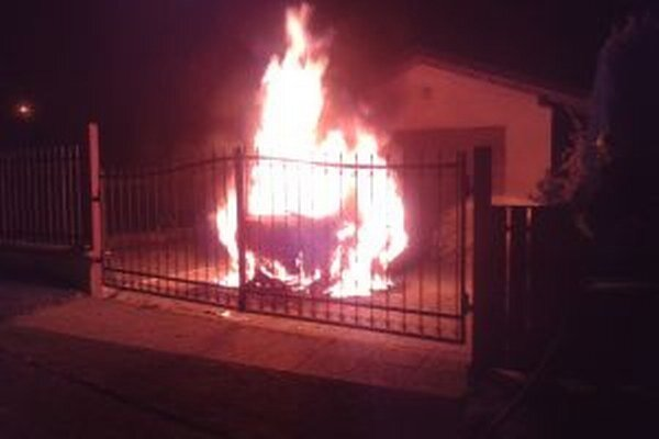 Príčinu požiaru vyšetrujú.