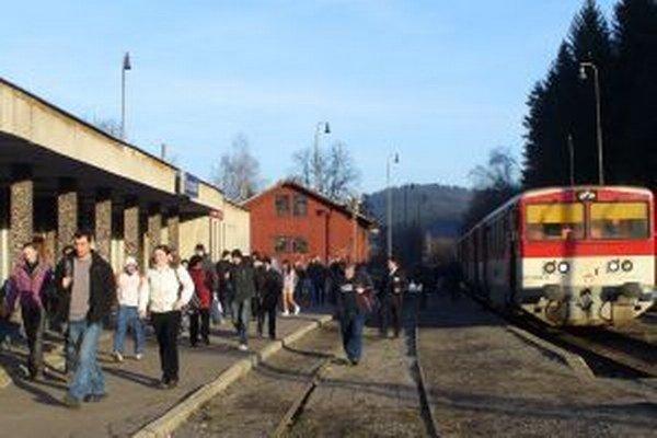 Najväčšie obavy mali Kysučania v roku 2011, kedy železnice uvažovali o zrušení trate Čadca – Makov, ktorá vlani oslávila sto rokov svojho fungovania.