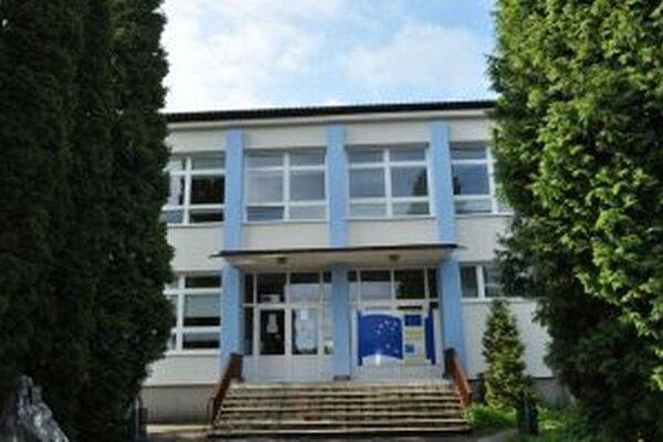 Škola na Rázusovej ulici so 658 žiakmi je najväčšou v okresnom meste.