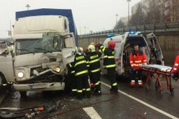 Žilinskí hasiči zasahovali včera pred deviatou hodinou ráno pri dopravnej nehode.