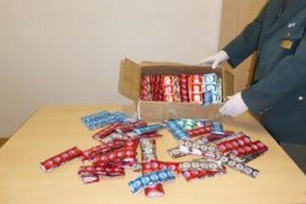 Colníci zadržali na pošte v Žiline zásielku s falzifikátmi prezervatívov.