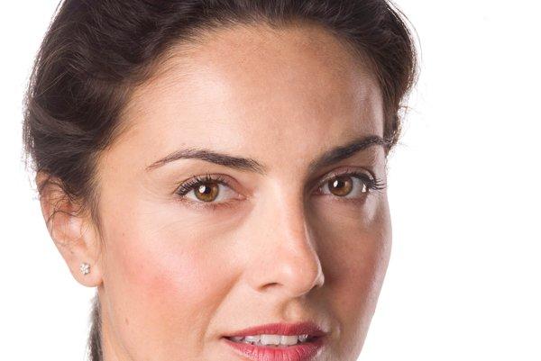 Herečka LUCIA SIPOSOVÁ (35) má za sebou dva dlhodobé vzťahy. Vyšli jej dve knihy: zbierka poviedkových situačných fragmentov z pobytu v New Yorku Hello. My name is Anča Pagáčová (2008) a román S láskou Anča Pagáčová (2015). Jeho hlavnú dejovú líniu tvorí komplikovaný vzťah Anče s dominantným Gašparom. V britsko-francúzsko-rakúsko-brazílskeom filme s názvom 360 si v roku 2011 zahrala s Judom Lawom a Anthonym Hopkinskom.