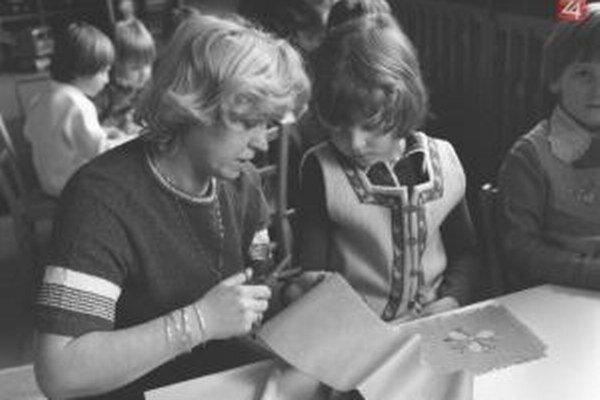 Na MDŽ sa pripravovali aj v škôlkach. Deti vyrábali s učiteľkami darčeky pre mamičky.