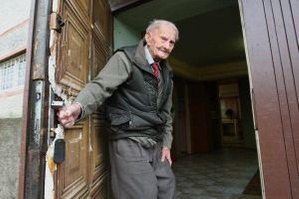 Starí ľudia sú dobrou korisťou pre podvodníkov.