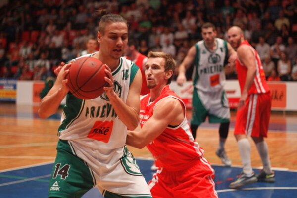 O loptu bojujú Igrutinović a Haviar.