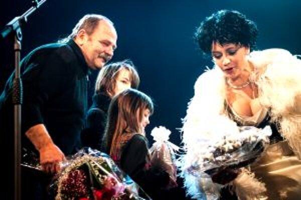 Anjel, ktorého uháčkovala Lucka Bílá bol v internetovej aukcii vydražený na 100 000 českých korún. Lucka ich Kampfovcom odovzdala na svojom meninovom koncerte v Prahe.