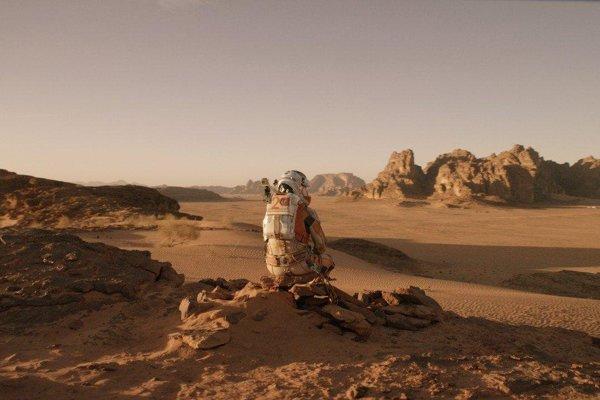 Aj v ére nepredstaviteľného technického pokroku sa dejú nehody. Matt Damon hrá vo filme Marťan astronauta, ktorý zostal v chladnom vesmíre sám.