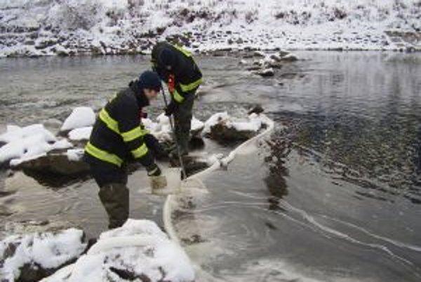 Nečistotu z rieky Kysuca likvidovali čadčianski hasiči.
