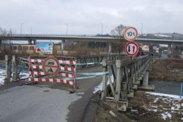 """Čadci hrozí totálny dopravný kolaps. Včera večer totiž uzatvorili aj obchádzkový, takzvaný """"bukovský most"""" na Ulici A. Hlinku."""
