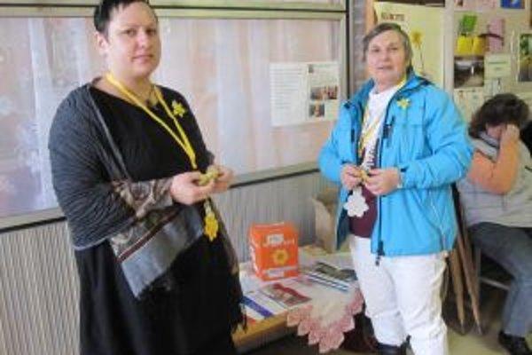 Každý rok sa do zbierky ako dobrovoľníčky zapájajú aj Hedviga Mikolášová (vpravo) a Ivana Gašperáková.