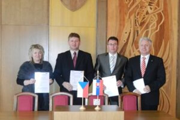Starostovia podpísali zmluvu o spolupráci.