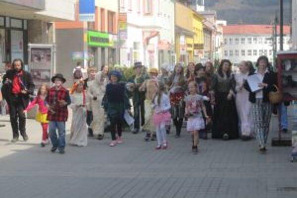 Divadelníci v dobových kostýmoch a s bubnami v rukách upozorňovali ľudí na to, že ďalší ročník Palárikovej Rakovej začal.