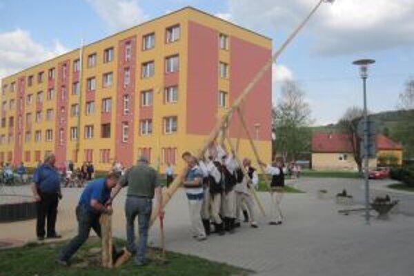Pri vztýčení 24-metrového velikána pomáhal aj primátor najmladšieho mesta.