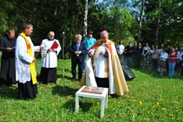 Základný kameň posvätil 5. mája žilinský diecézny biskup Tomáš Galis.