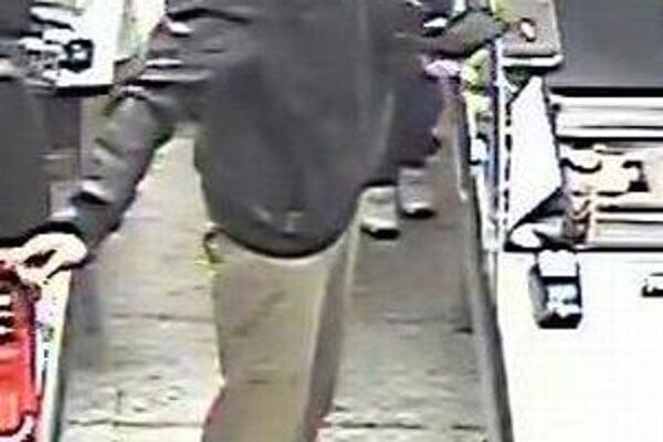 Polícia žiada širokú verejnosť o pomoc pri stotožnení muža na fotografii.