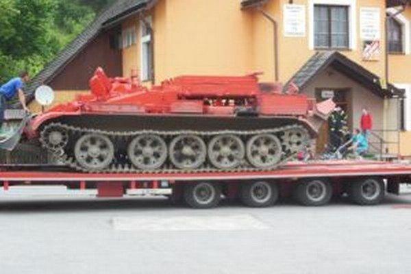 V Korni mali nevídané divadlo. Z výcvikového strediska v Martine tam priviezli vyprosťovací tank.