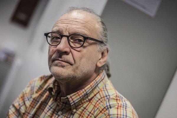 PETER KONWITSCHNY (1945)  je jedným z najžiadanejších operných režisérov. V posledných rokoch inscenoval napríklad Straussovu Salome (2009) v Amsterdame a Göteborgu, La Traviatu (2009) a Pikovú dámu (2011) v Grazi, Janáčkov opusZ mŕtveho domu (2011) v Z