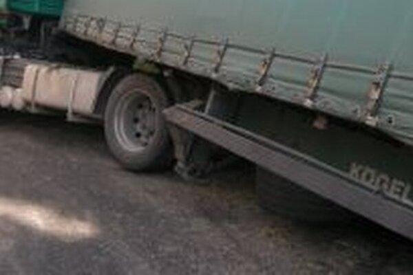V Makove havaroval kamión s ukrajinským vodičom.