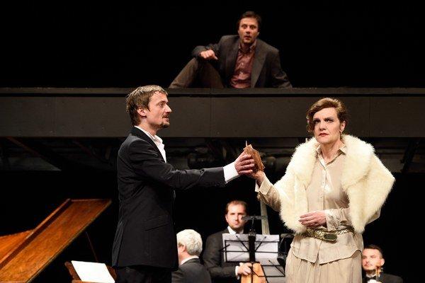 Jana Oľhová a Daniel Heriban, Marek Geišberg (hore) v inscenácii Les.